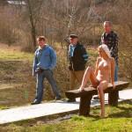 julkisesti alasti